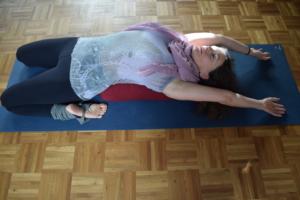 Entspannte Yoga Pose in einer Rückbeuge